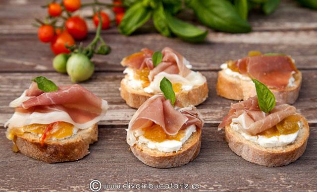 crostini-cu-branza-de-capra,-prosciutto-si-chutney-de-rosii-verzi-01
