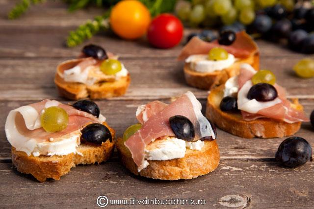 crostini-cu-branza-de-capra,-prosciutto-si-struguri-01